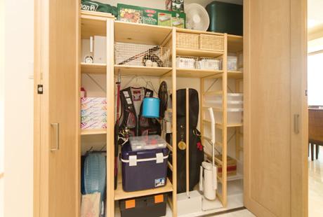 アイロン台や掃除機、アウトドア 用品の収納に困る