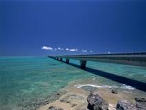 海の上に伸びる橋